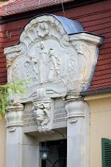 Portal-Relief - Eingang vom Pfarrhaus der Gemeinde Moritzburg.