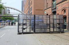 Schutzschilde mit Türen, beweglich an einem LKW angebracht - Schutz der G20 Nähe Elbphilharmonie in Hamburg.