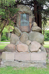 Denkmal, Findlinge mit Bronzeplakette für Johann Meyer; Schriftsteller, 1829 in Wilster geboren.
