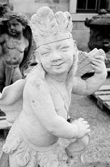 Putte, Skulptur mit Federschmuck / Indianer - Amor mit Pfeilen, restaurierte Balustradenfigur am Schloss Moritzburg.
