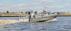 Das schwedische Hochgeschwindigkeitsschiff ( Combat Boat / Kampfboot ) Enforcer III  wurde an die Hamburger Polizei wg. des G20 Gipfels ausgeliehen. Das Schiff kann bis zu 45 kn - 83 km/h fahren.