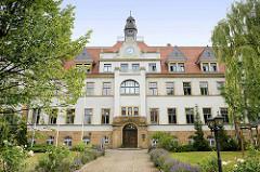 Gebäude vom Amtsgericht Riesa; ehem. Verwaltungsgebäude  des Stahl- und Walzwerkes Riesa. Erbaut 1909 im Baustil des  Späthistorismus und Reformstil.