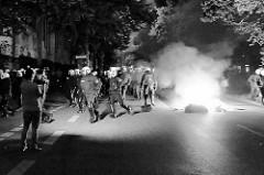 Brennende Müllsäcke, Polizei sichert die Altonaer Straße bei den Protesten gegen den G20 Gipfel in Hamburg.