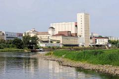 Blick über die Elbe zur Industriearchitektur der Muskatorwerke / Mischfutterhersteller am Hafen in Riesa; 2013 wurde der Prodkuktionstandort stillgelegt, die Firma ging in Insolvenz.