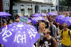 Demonstration Bildungsstreik  - Jugend Gegen G20 in Hamburg; Transpartene und violette Regenschirme - Lieber Tanz ich als G20.
