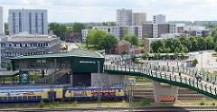 Blick auf den Bahnhof von Hamburg Wilhelmsburg, re. der Busbahnhof.