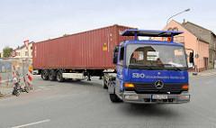 Containertransport mit Sattelschlepper der Sächsischen Binnenhäfen Oberelbe GmbH / SBO am Hafen in Riesa.