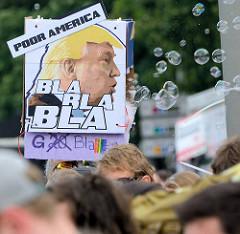 Demonstration am 08. Juli gegen G20 in Hamburg; Bild von Trump, Poor America - Bla Bla Bla, Seifenblasen.