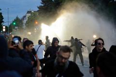 Wasserwerfer werden zur Räumung der Kreuzung beim Pfermarkt / Schanzenviertel eingesetzt - die frische Dusche erfreut die Beteiligten; Proteste gegen den G20 Gipfel in Hamburg.