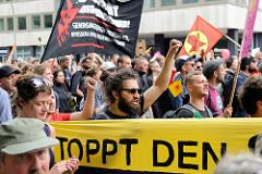 Demonstrationszug am 08. Juli gegen G20 in Hamburg; Sprechchöre und hochgereckte Fäuste.