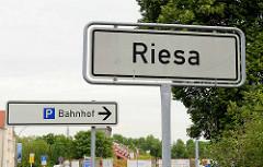 Schild Riesa, Bahnhof.