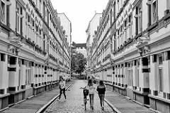 Passage mit Wohnhäusern der Gründerzeit im Hamburger Stadtteil Sternschanze - Straße mit Kopfsteinpflaster.
