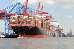 Das 400 m lange Containerschiff BARZAN am Container Terminal Burchardkai im Hamburger Hafen - der Frachter kann 19870 TEU Container transportieren.