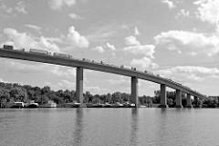 Lastwagenverkehr mit Containern auf der Köhlbrandbrücke - Arbeitsboote im Hamburger Hafen / Rugenberger Hafen.
