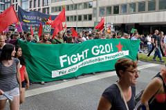 Demonstrationszug am 08. Juli gegen G20 in Hamburg; Transparent - Fight G20, für eine revolutionäre Perspektive.