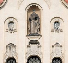 Fassade mit Skulptur / Statue - neobarocke Kirche - ev. Gemeinde Moritzburg; Entwurf Richard Schleinitz - Weihe 1904.