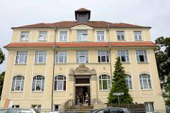 Schulgebäude der Handelsschule in Riesa;