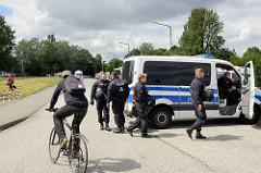 Die Zufahrtsstrassen beim G20 Protestcamp auf Entenwerder in Hamburg Rothenburgsort sind von der Polizei gesperrt.