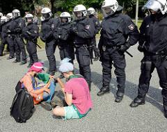 Politische Clowns treiben Schabernack mit den Polizisten, die den Protest  gegen den G 20 Gipfel in Hamburg bewachen sollen.