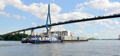 Lastwagenverkehr mit Containern auf der Köhlbrandbrücke über die Hamburger Süderelbe - ein Schubschiff schiebt einen Leichter, der mit Containern beladen ist.