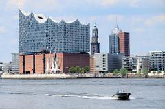 Blick über die Norderelbe zur Elbphilharmonie, re. die St. Michaeliskirche - beides Wahrzeichen der Hansestadt Hamburg.