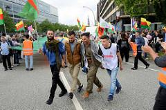 Flagge des Kurdischen Parlaments im Exil / Tänzer- Demonstration am 08. Juli gegen G20 in Hamburg.