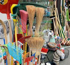 Haushaltswaren-Geschäft mit Straßenauslagen, Besen am Markt von Wilster.