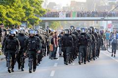 Schwarzer Block der Polzei am Hamburger Fischmarkt / Hafenstraße - Demonstration Welcome to Hell gegen den G20 Gipfel in Hamburg.