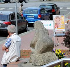 Skulptur Waschfrau vor dem Alten Rathaus in Wilster - angefertigt zum 725 jährigen Bestehen Wilsters; Bildhauer  Fritz A. Kunkelmoor.