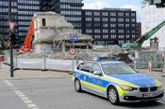 Mit Polizeiwagen wg. G 20 Gipfels abgesperrte Nebenstraße in der Hamburger City Süd - im Hintergrund Abriss eines Bürogebäudes an der Hammerbrookstraße.
