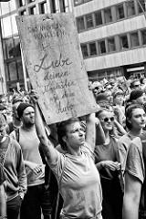 Plakat: Und nicht zu Vergessen: Liebe deinen Nächsten wie dein Auto - Demonstration am 08. Juli gegen G20 in Hamburg.
