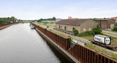 Hafenbecken in Gröba / Riesa - hohe Spundwände sollen vor Hochwasser schützen - im Hintergrund die Brücke der Strehlaer Straße.