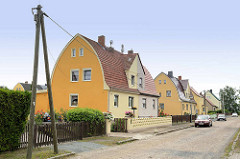 Doppelhäuser mit Spitztonnendach / Zollingerdach; Architektur in Riesa.