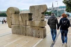 Steinskulptur DIE MAUER am Alsteranleger Jungfernstieg in der Hamburger Neustadt - Bildhauer Hans Kock