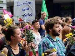 G-müse statt G20 - DemonstrantInnen mit Blumen und Möhre auf der Demonstration am 08. Juli gegen G20 in Hamburg.