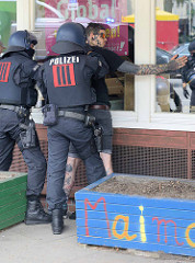 Die Polizei macht Personenkontrolle während der Prostest gegen den G20 Gipfel in Hamburg.