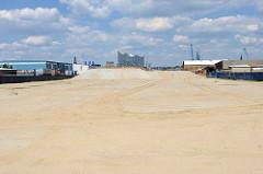 Ein Teil des Steinwerder Hafens / Grenzkanal in Hamburg Kleiner Grasbrook wird mit Sand zugeschüttet, um neue Gewerbeflächen zu schaffen.