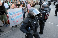Ein Transparent - We're not terrorist, we stand up for a better world - wird von bayrischen Polizisten in Kampfausrüstung während den Protesten gegen G20 in Hamburg geschützt. Danke Polizei für den Schutz vom Grundrecht auf Versammlungsfreiheit!