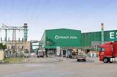 Eingang der FERALPI STAHLwerke in Riesa - elektrische Hochleitung / Umspannungsanlage und Lastwagen.