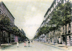 Historische Ansicht in die Geibelstrasse von Hamburg Winterhude - Strassenbäume und Kopfsteinpflaster; Mädchen mit Kleidern und Hüten, keine Autos oder Pferdefuhrwerke.