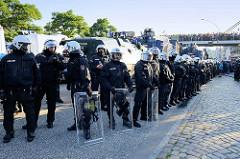 Polizeiaufmarsch an der St. Pauli Hafenstraße  Demonstration Welcome to Hell gegen den G20 Gipfel in Hamburg.