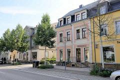 Historische Wohn- und Geschäftshäuser an der Schlossallee in Moritzburg.