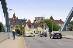 Brücke über den Hafen / Döllnitz von Riesa - Türme von Schulgebäuden und Gewerbe.