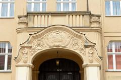 Eingang mit Maskeron und Blattdekor an der ehem. Carolaschule - jetzt Pestalozzi Schule in Riesa; erbaut 1912.