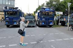 Wasserwerfer + Räumpanzer sperren die Strassen am Millerntor wg.  dem Protest gegen den G20 Gipfel in Hamburg.