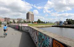 Elberadweg am Billhafen in Hamburg Rothenburgsort - im Hintergrund Hotelhochhaus am Entenwerder Haken.