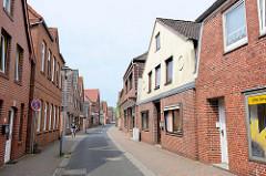 Schmale Einbahnstraße - Wohnhäuser mit Ziegelfassade; Deichstrasse in Wilster.