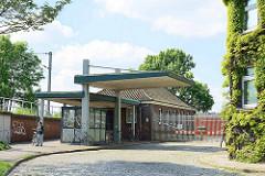 Zollübergang / Hauptzollamt Veddel; Zollstation / Zollzaun - Fußgängerübergang beim Veddeler Bahnhof am ehem. Hamburger Freihafengebiet.