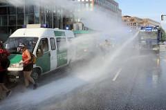 Colour the Red Zone - Protest gegen den G 20 Gipfel in Hamburg; ein Polizeikonvoi fährt rücksichslos schnell durch die Straße + wird von Demonstranten gestoppt; durch Einsatz von Wasserwerfern können die Einsatzwagen weiter rasen.