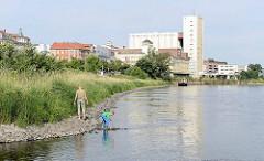 Elbufer in Riesa - Blick zur Industriearchitektur der Muskatorwerke / Mischfutterhersteller am Hafen; 2013 wurde der Prodkuktionstandort stillgelegt, die Firma ging in Insolvenz.